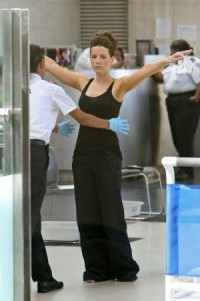 kate-beckinsale-airport-security-1.0.0.0x0.300x452